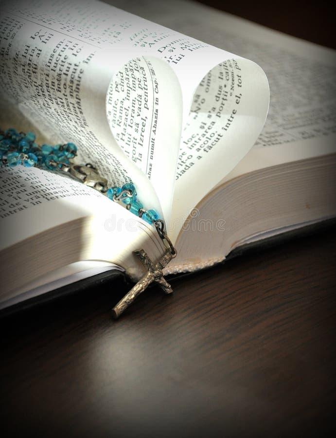 Dio è amore, pagine del primo piano di un libro aperto, con le pagine a forma di cuore fotografia stock