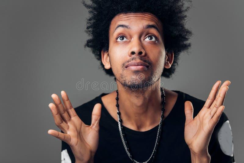 Dio per favore Copi lo spazio Linguaggio del corpo Giovane studente maschio alla moda bello fotografie stock