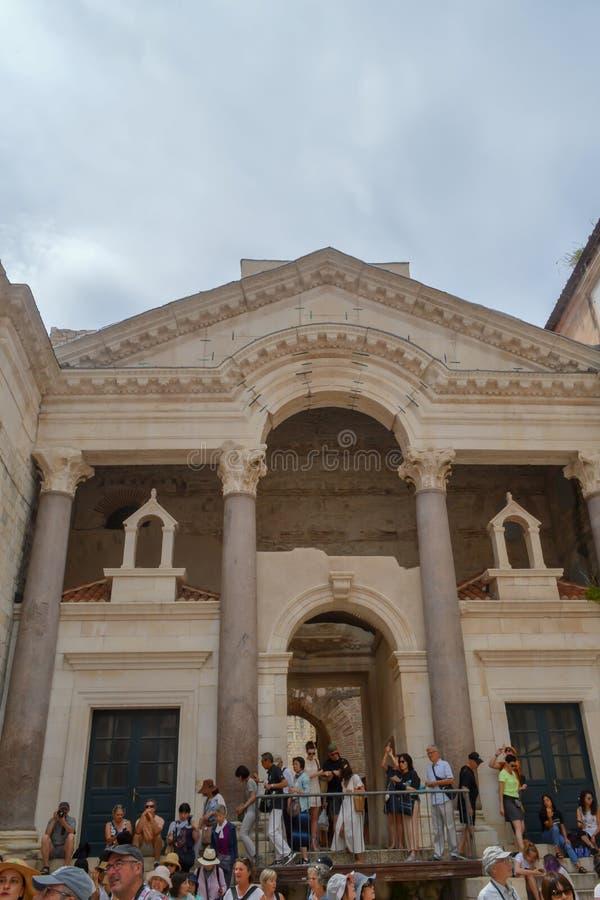 Diocletian的宫殿Peristil  在2019年6月15日分裂 王位比赛的一些episods摄制了t 图库摄影