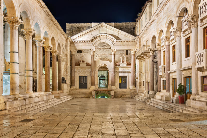 Diocletian-Palast nachts stockfotos