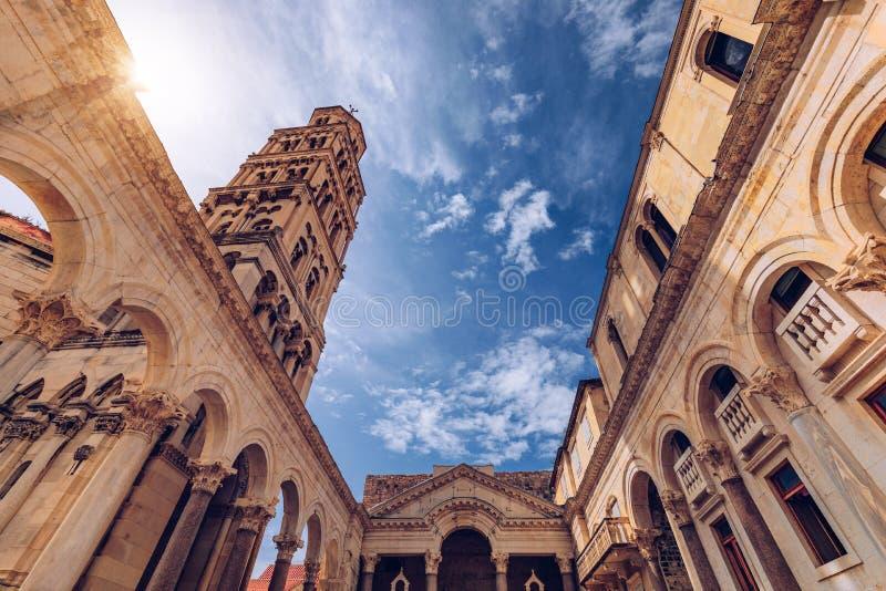 Diocletians der Säulengang Palastes vor Kathedrale Heiliges Domnius des Glockenturms in der Spalte, Kroatien Diocletian-Palast UN lizenzfreie stockfotos