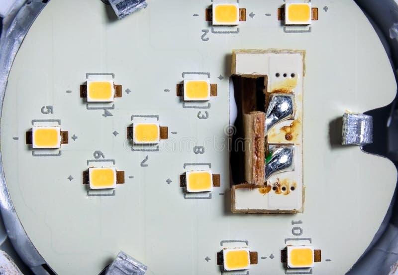 Diodo emissor de luz individual Chips Soldered de SMD em uma placa de circuito dentro de um LE fotografia de stock royalty free