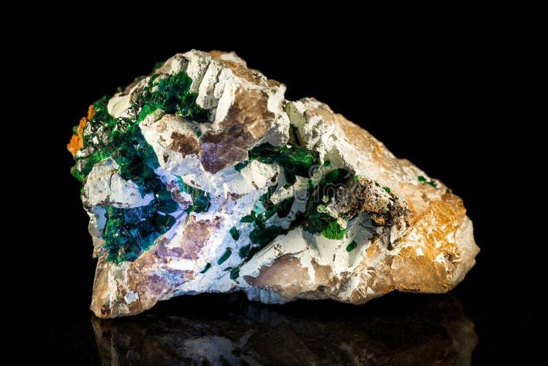 Dioptase dans la roche de parent devant le noir images stock
