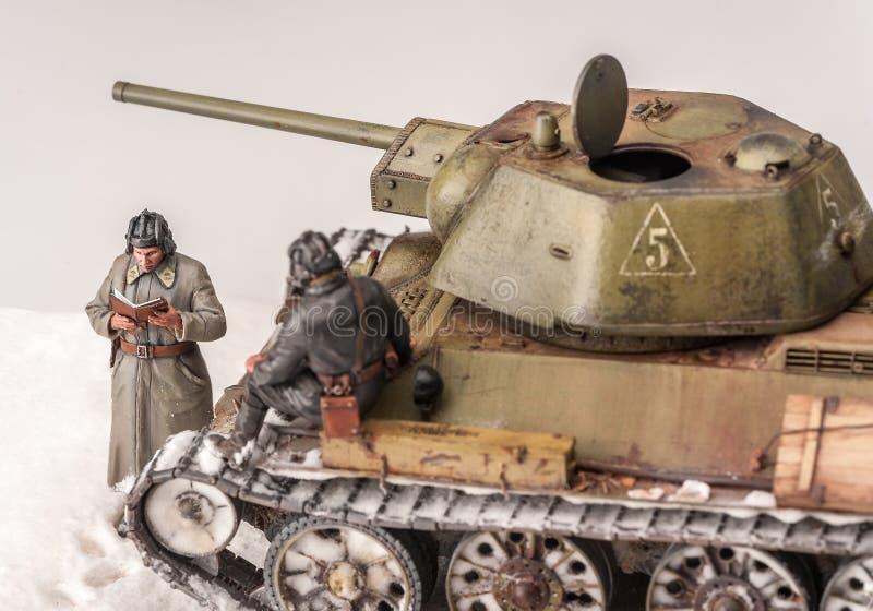 Diorama com o tanque velho do soviete t 34 imagem de stock