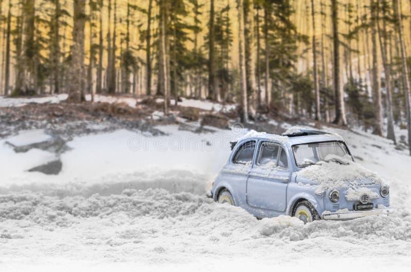 Diorama - voiture de cru sur la route couverte de neige de montagne image libre de droits