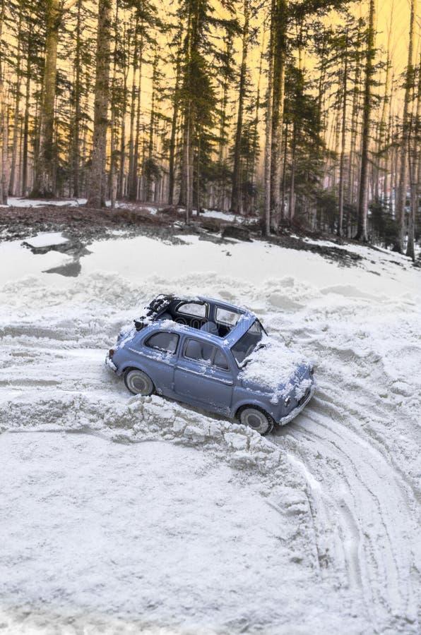 Diorama - voiture de cru sur la route couverte de neige de montagne photo libre de droits