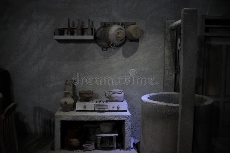 Diorami della cucina e pozzi di fonte d'acqua delle case delle vittime dell'eruzione di Merapi colpite dalla pioggia della cenere immagine stock libera da diritti
