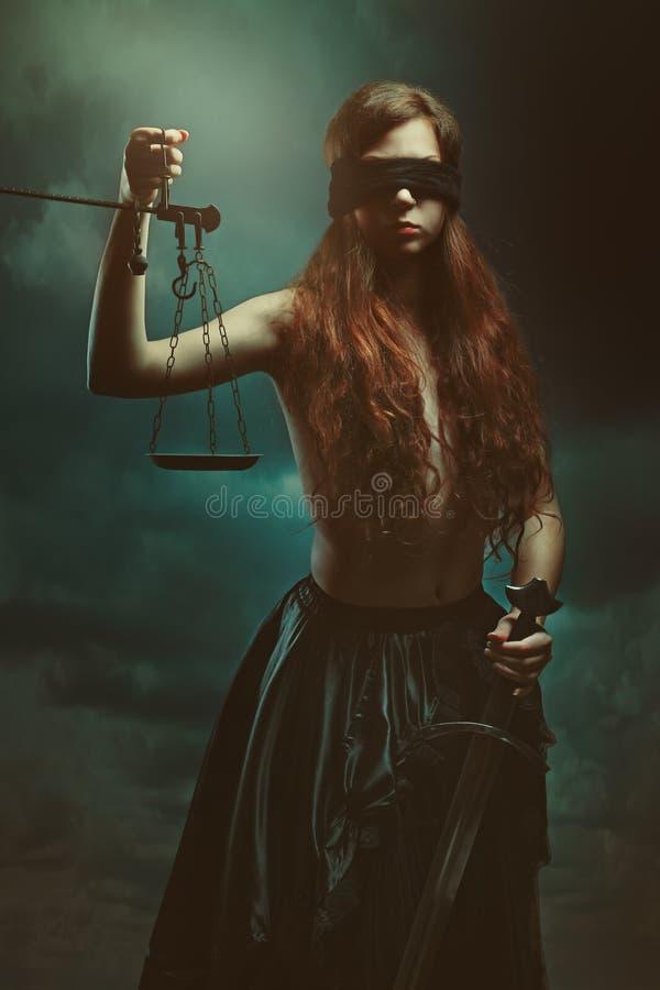 Diosa de la justicia y cloudscape oscuro imagen de archivo libre de regalías