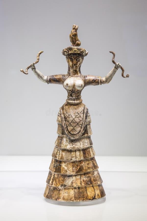 Diosa de la serpiente de la figurilla de Minoan en Heraklion arqueológico fotografía de archivo