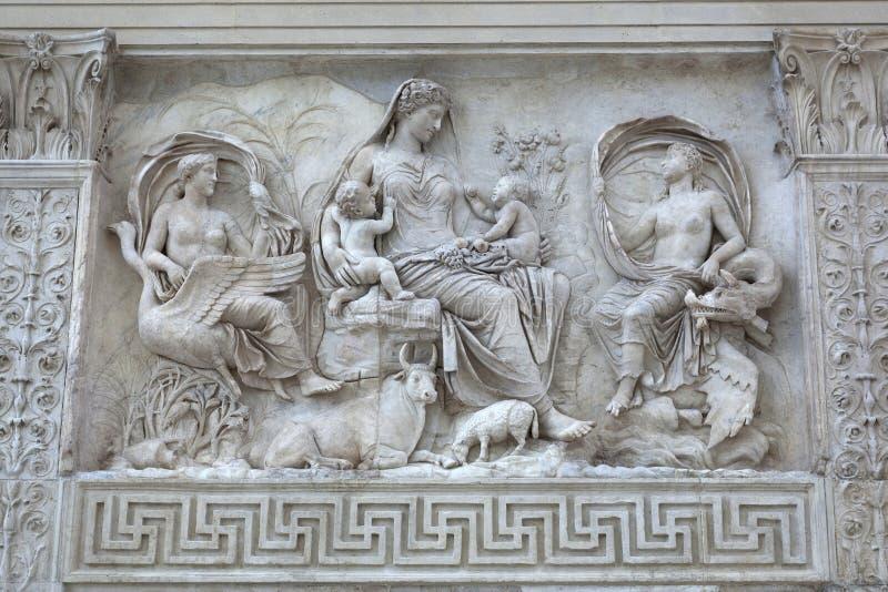 Diosa femenina en Ara Pacis, Roma imagenes de archivo