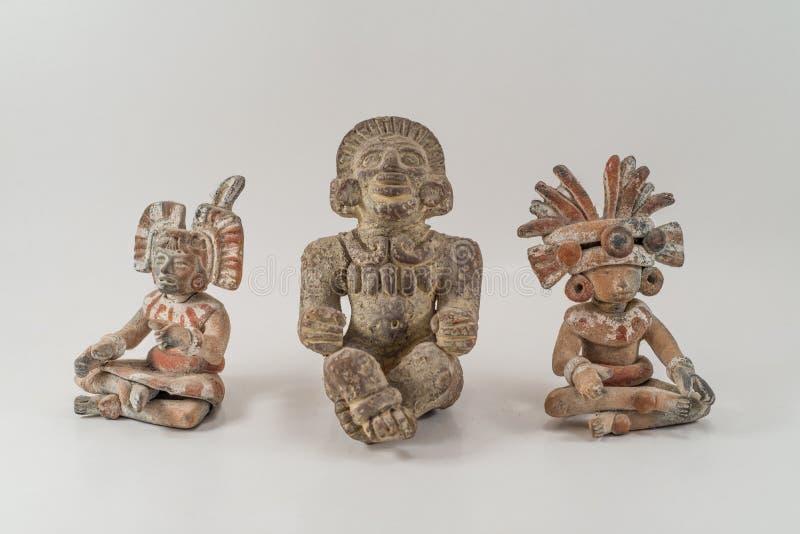 Dioses mexicanos del sol y de la música de la luna empiedran el arte de la estatua. En aislado imagen de archivo
