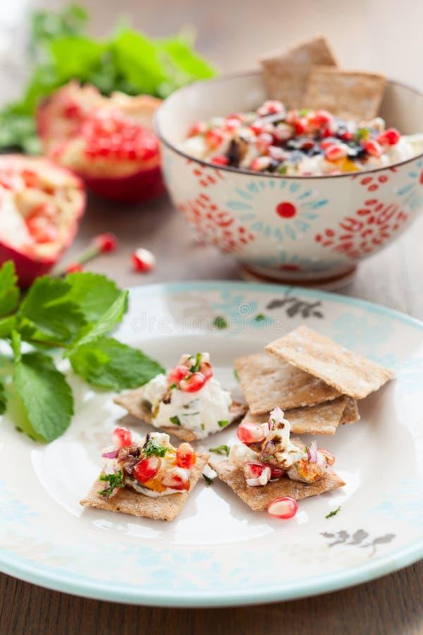 Dip сыра с семенами pomegranate стоковые фото
