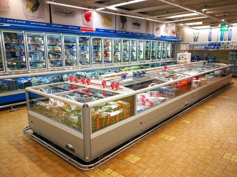 Dipartimento congelato, frigoriferi e prodotti fotografia stock