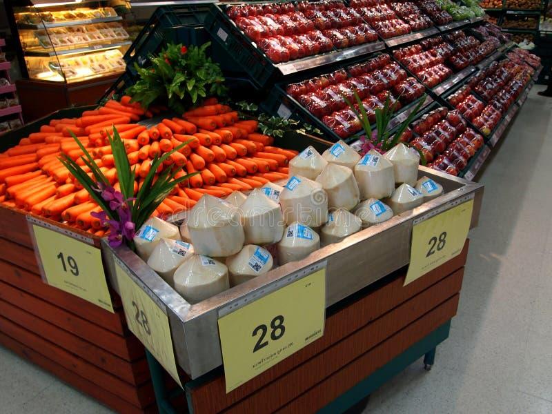 Dipartimento della frutta e delle verdure fresche nel supermercato di Tesco Lotus fotografia stock