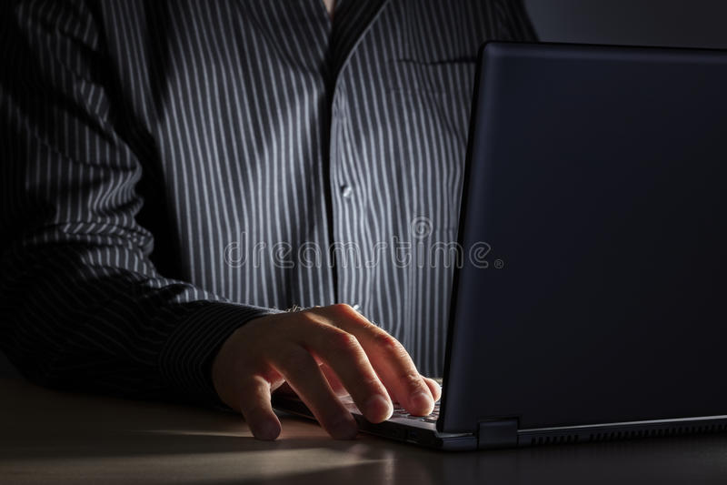 Dipendenza da Internet a tarda notte o lavorare tardi immagine stock libera da diritti