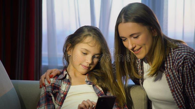 Dipendenza del dispositivo della famiglia dei apps del telefono di tecnologia fotografia stock