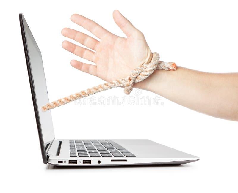 Dipendenza dell'uomo dal computer. fotografia stock libera da diritti