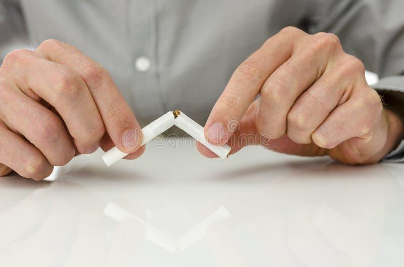 Dipendenza della sigaretta di battitura fotografie stock
