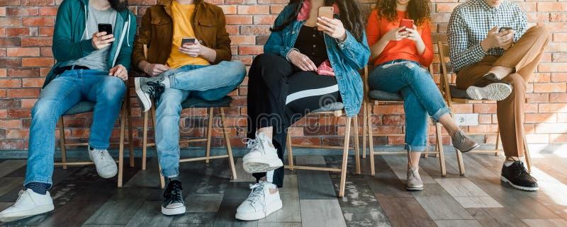 Dipendenza sociale moderna di media di Millennials fotografia stock