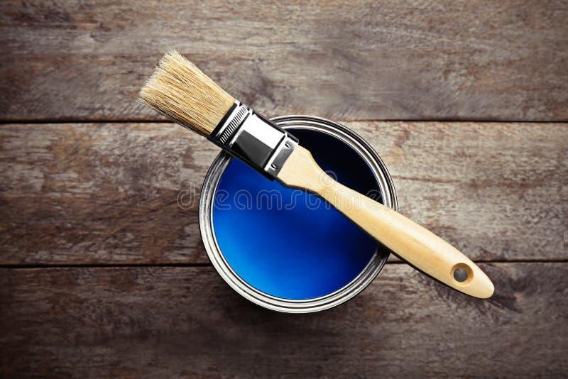 Dipinga e spazzola su fondo di legno, fotografie stock libere da diritti