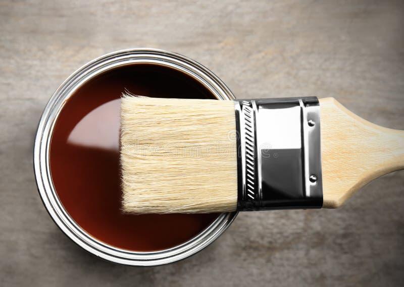 Dipinga e spazzola su fondo di legno, fotografia stock libera da diritti