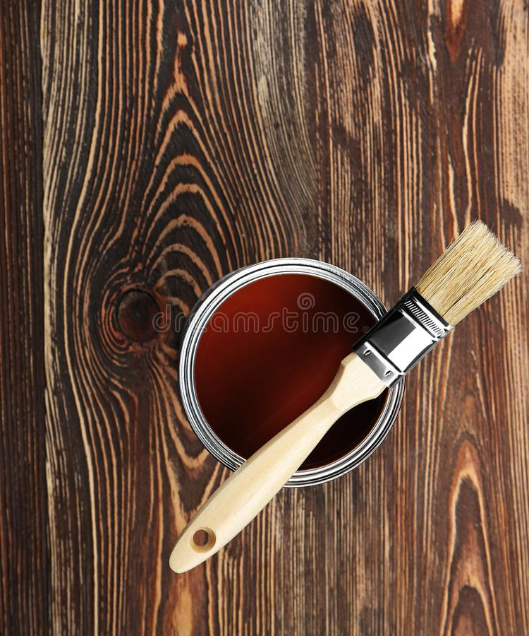 Dipinga e spazzoli su fondo di legno immagine stock