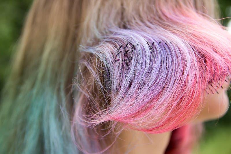 Dipinto con differenti colori di capelli e del pettine fotografie stock