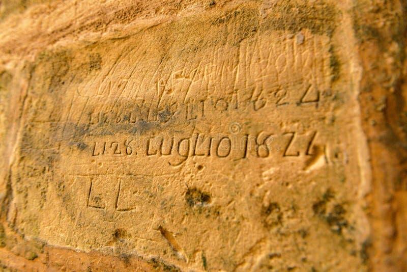 Dipinto della croce di Malta sulla parete della cellula in vecchia prigione della cittadella di Rabat, in Victoria immagine stock
