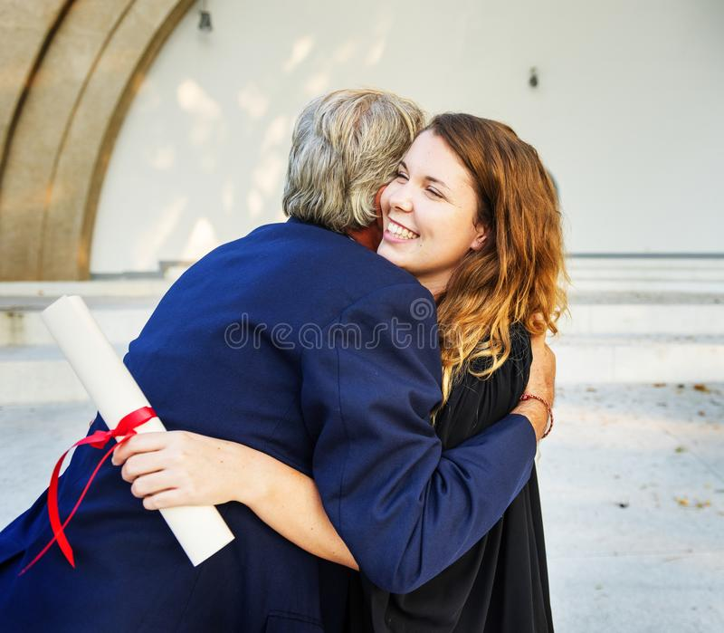 Diplômé à la cérémonie avec la famille photo stock