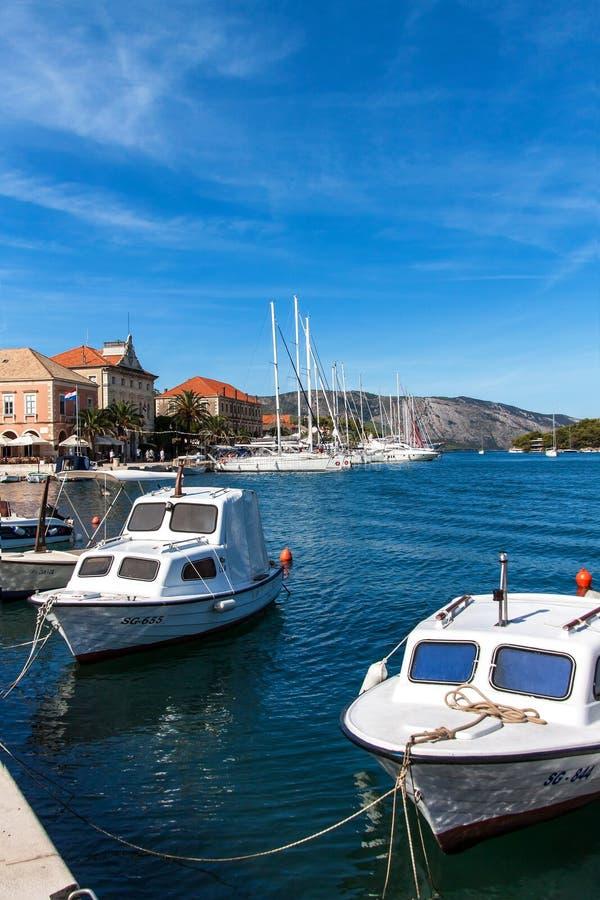 DIPLÔMÉ de STARI, CROATIE, le 11 septembre 2018 : Bateaux dans le port du diplômé de Stari La ville la plus ancienne sur l'île cr image libre de droits