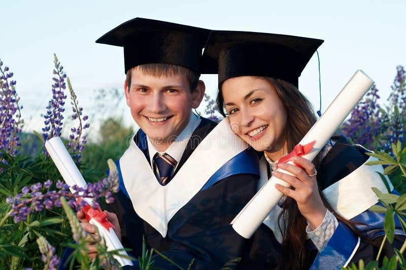 Diplômé deux heureux à l'extérieur photos libres de droits