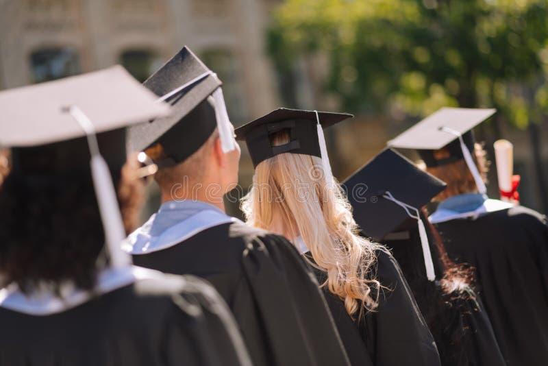 Diplômés partant après réception de la maîtrise photos libres de droits