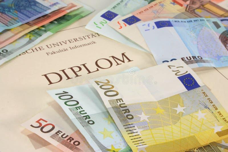 Diplôme avec d'euro notes images libres de droits