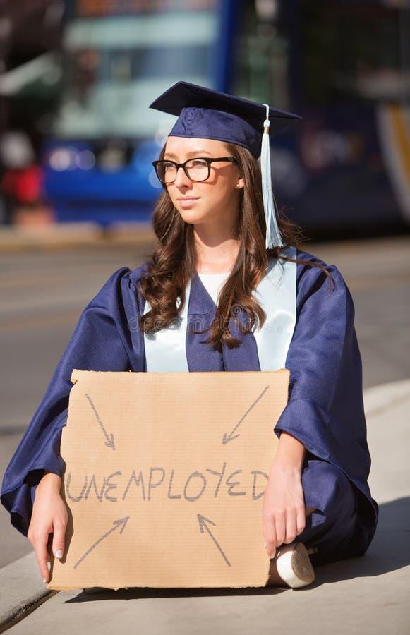 Diplômé sérieux avec le signe sans emploi photo stock