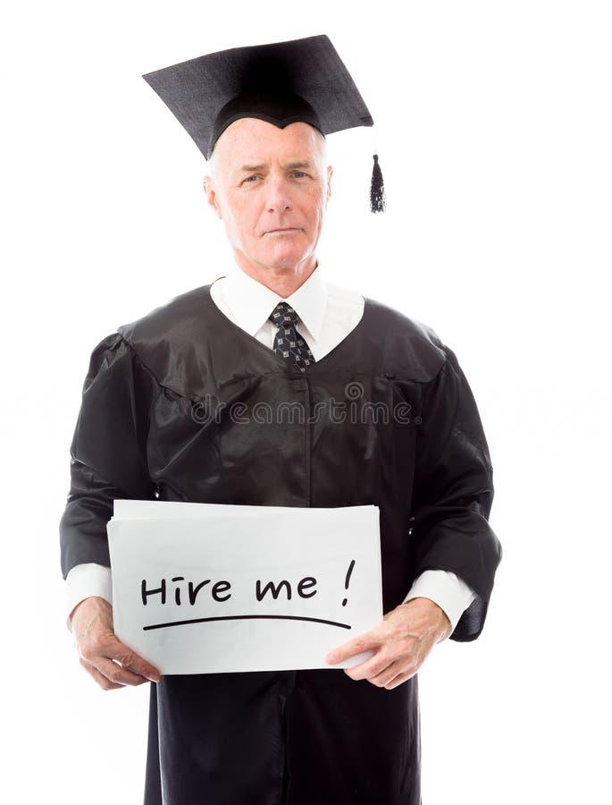 Diplômé supérieur de mâle tenant une table des messages avec les mots des textes photo stock