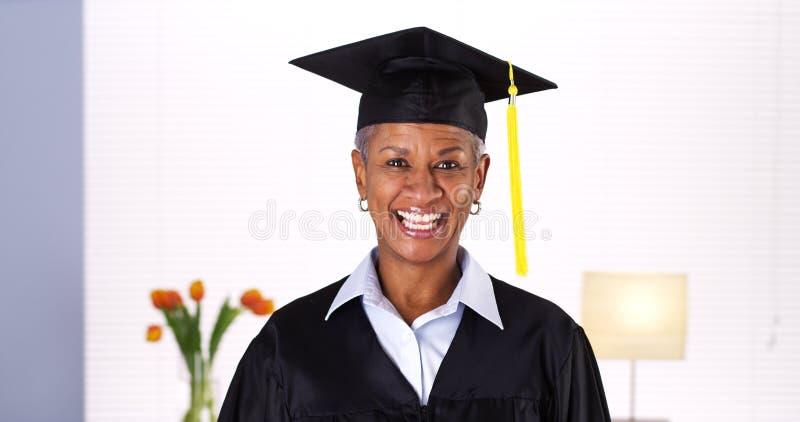 Diplômée africaine mûre fière de femme photo libre de droits