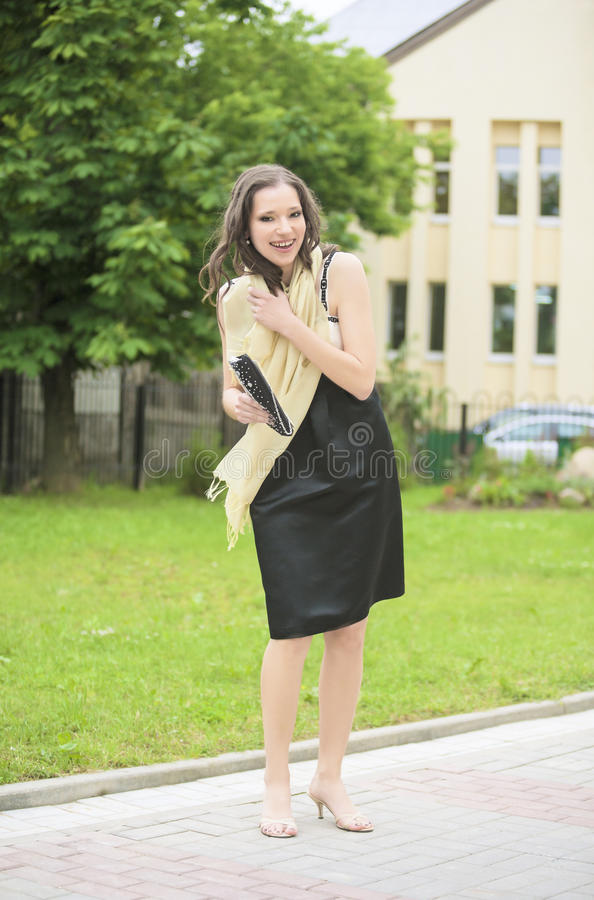 Diplômée heureuse de femelle dehors près du sourire de campus images stock