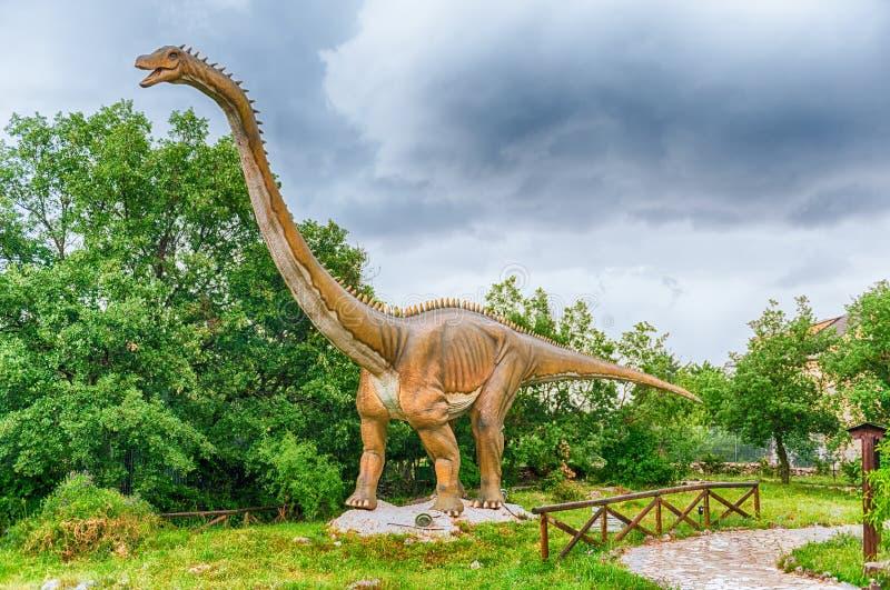 Δεινόσαυρος Diplodocus μέσα σε ένα πάρκο του Dino στη νότια Ιταλία στοκ φωτογραφία