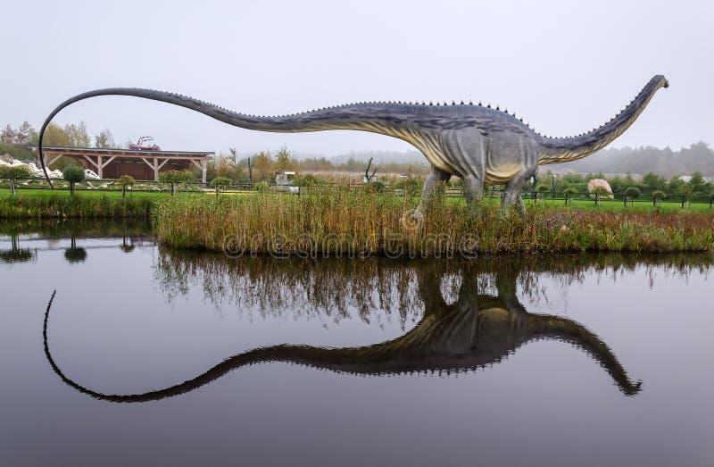 Diplodocusdinosaurus met waterbezinning stock foto