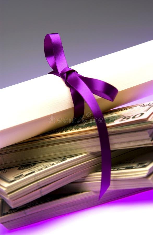 Diploma con el dinero fotografía de archivo