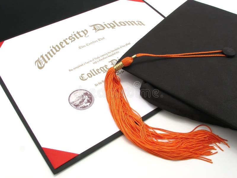 Diploma de la universidad con el casquillo y la borla fotografía de archivo libre de regalías