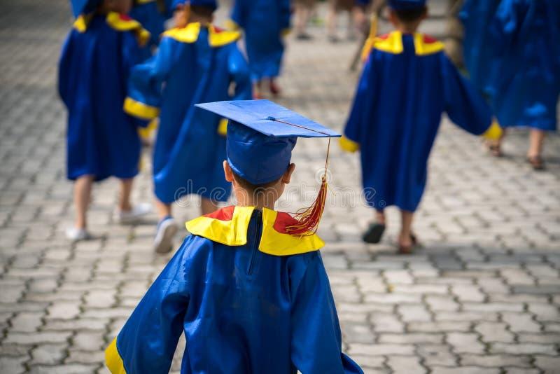 Diploma que gradua o close up exterior da criança pequena do estudante fotos de stock