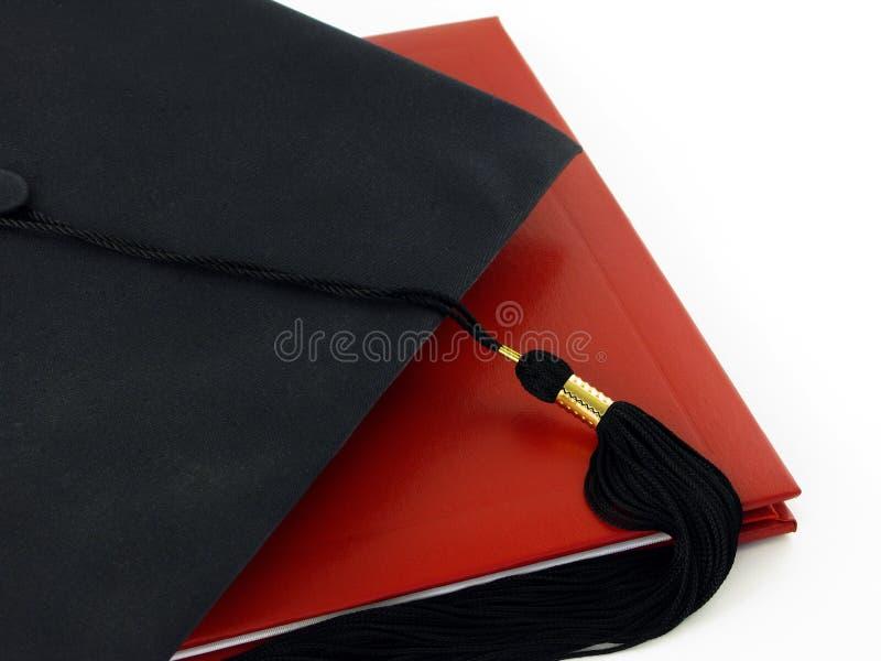 Diploma y casquillo de la graduación fotografía de archivo libre de regalías