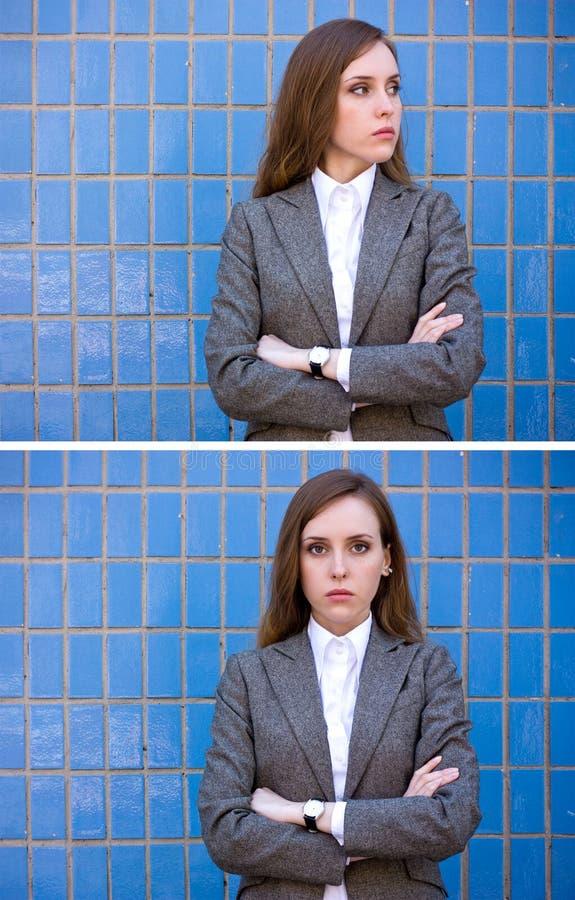 Diptyque de femme de verticales près du mur bleu images libres de droits