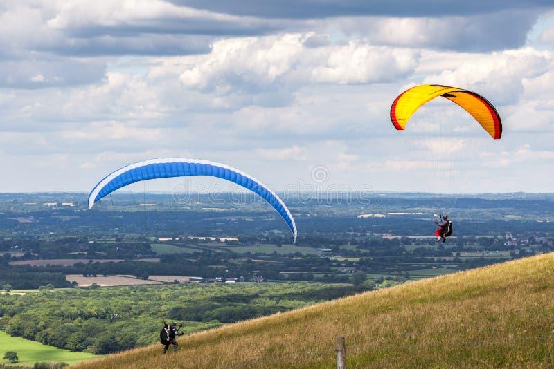 DIQUE DE LOS DIABLOS, BRIGHTON/SUSSEX - 22 DE JULIO: Paragliding en el diablo imágenes de archivo libres de regalías