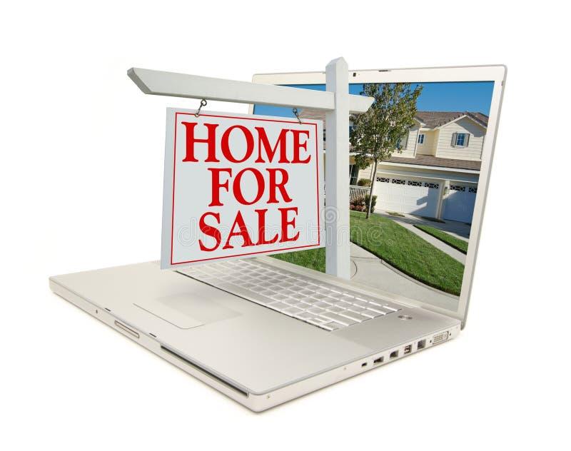Diríjase para la muestra de la venta y el nuevo hogar - en la computadora portátil foto de archivo libre de regalías