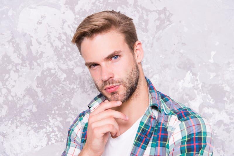 On dirait que tout chemise à damier charismatique de l'étudiant l'homme rasé se soucie de son regard sensualité masculine sexy photos libres de droits
