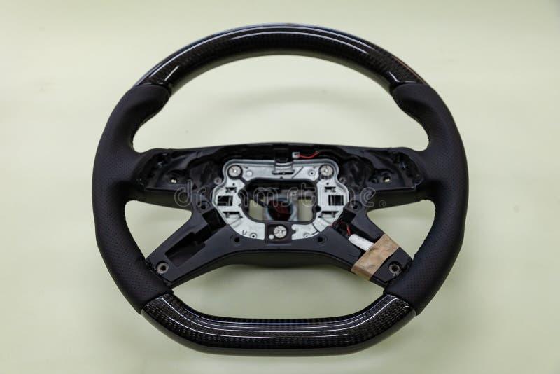 Direção do carro desmontado antes de instalar o equipamento - roda preta carbono-ajustada fotos de stock
