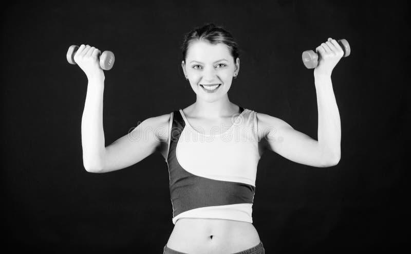 Dire??o ? parte superior Treinamento desportivo da mulher no Gym Equipamento do peso do esporte Aptid?o atl?tica M?sculos fortes  fotos de stock royalty free