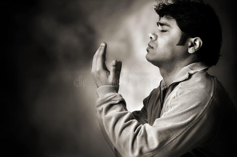 Dire une prière à un dieu photographie stock libre de droits